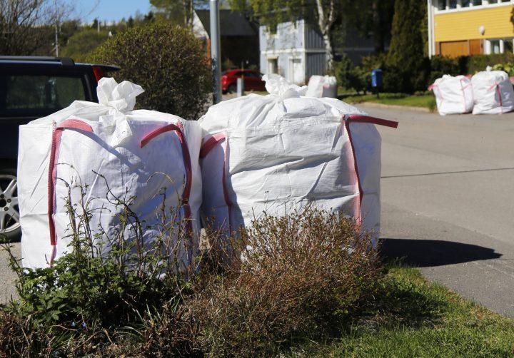 Stora, fulla säckar med trädgårdsavfall