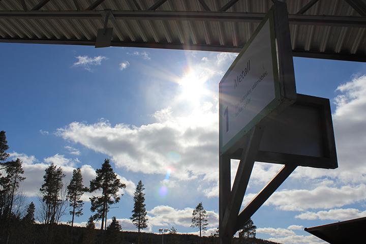 Skylt på återvinningscentral, strålande sol