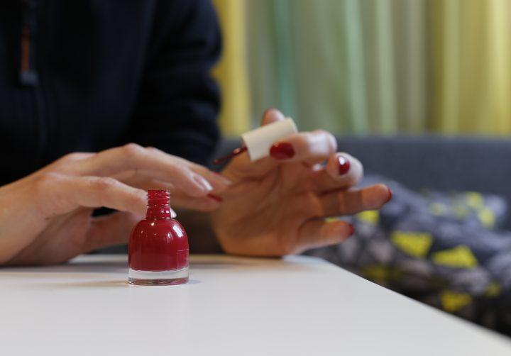 Någon målar naglarna röda