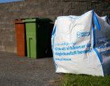 Stor säck fylld med trädgårdsavfall
