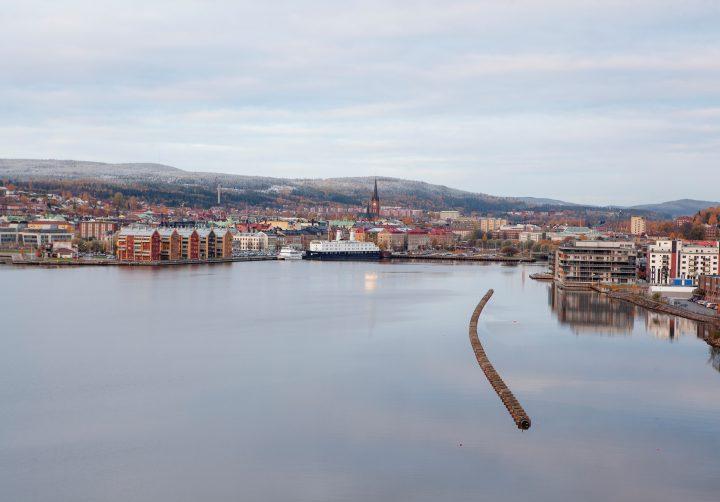 Sjöledning ligger på vattnet i Sundsvallsfjärden