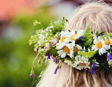 Person bakifrån med blomsterkrans i håret